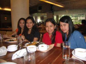 Studenten tijdens een gezellig etentje